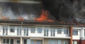 Der komplette Dachstuhl steht in Flammen