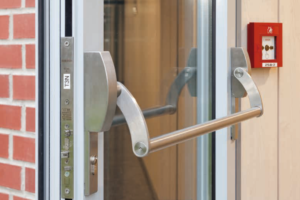 Tür mit Panikstange (Quelle: Atlas barrierefrei bauen