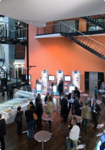 Fachtagung KOMED-Foyer__Kaffeepause_und_Ausstellung