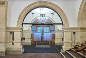Automatische Schiebetürsysteme in historischer Architektur