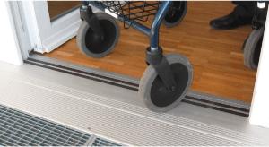 Beispiel einer schwellenfreien Außentür mit Magnettürdichtungssystem inklusive eines Gitterrostes zur Ableitung von Niederschlag.