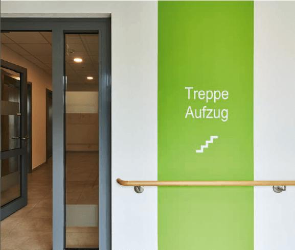 """Aufschrift """"Treppe"""" in weiß auf grünem Hintergrund"""