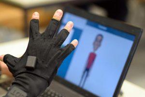 Die Forscher nutzen zur Digitalisierung der Gebärdenzeichen Handschuhe voller Sensoren. Ein Avatar auf einem Computer registriert die Bewegungen und stellt die Gebärden auf dem Bildschirm dar.